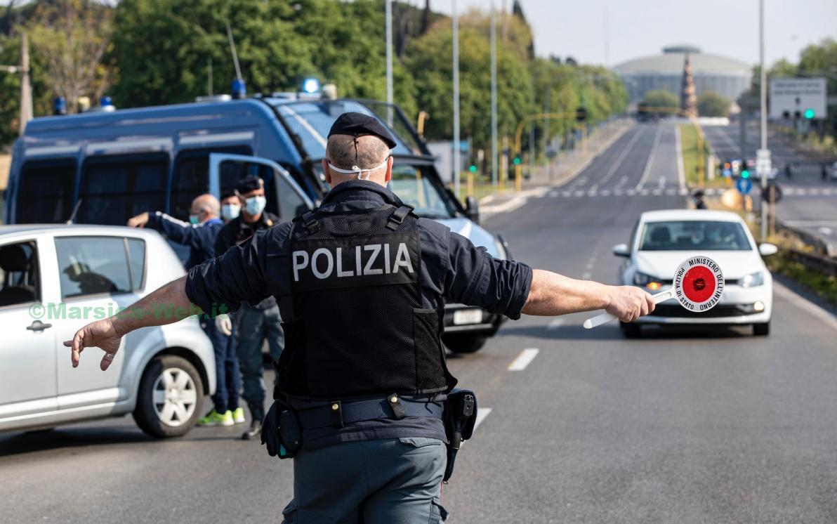 Un posto di blocco della polizia di stato all'inizio di via Pontina, durante l'emergenza Coronavirus, Roma, 13 aprile 2020. ANSA/MASSIMO PERCOSSI